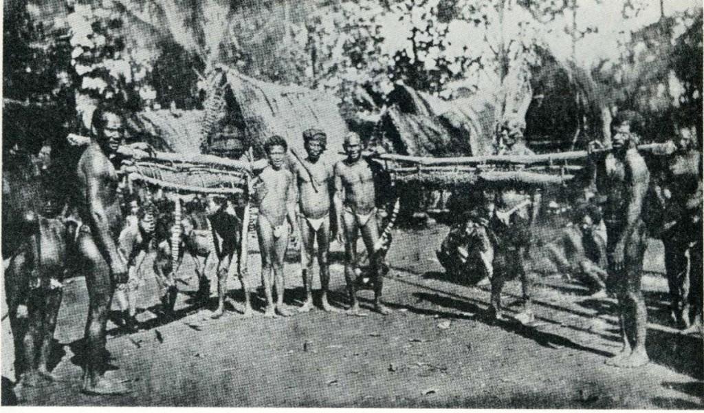 malinowski-coral-gardens-1935-villages-rivaux-exposant-leurs-plus-gros-ignames